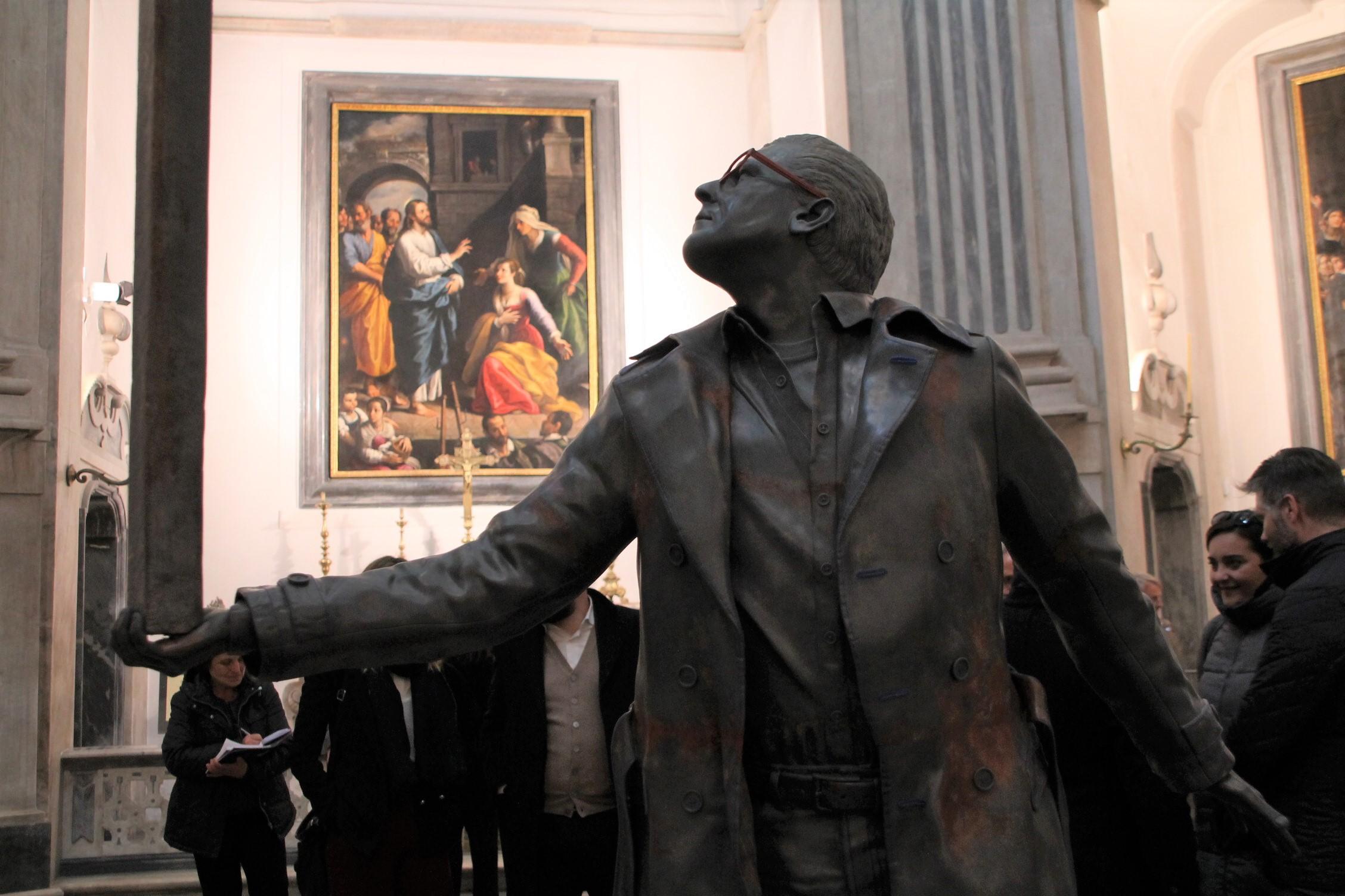 L'uomo che sorregge la croce. Fabre dialoga con Caravaggio: l'ottava opera di Misericordia è confortare chi dubita