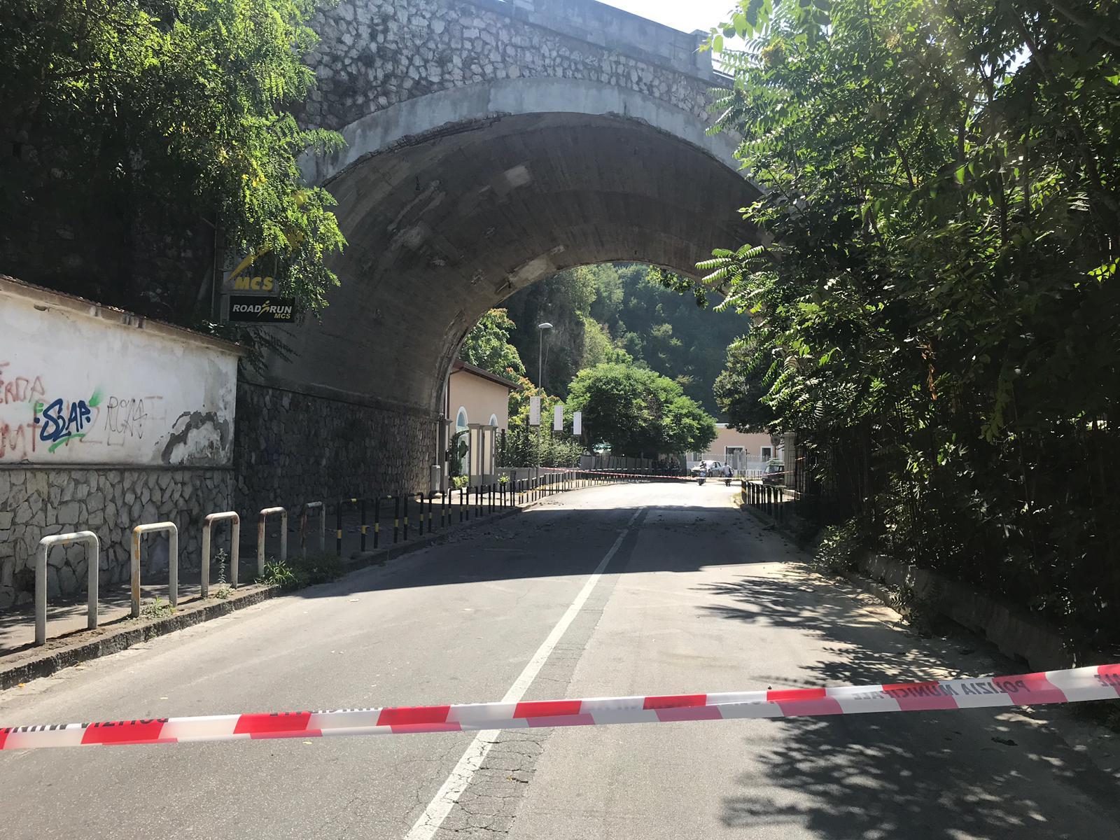Castellammare: cadono calcinacci su via Acton, strada dei lidi