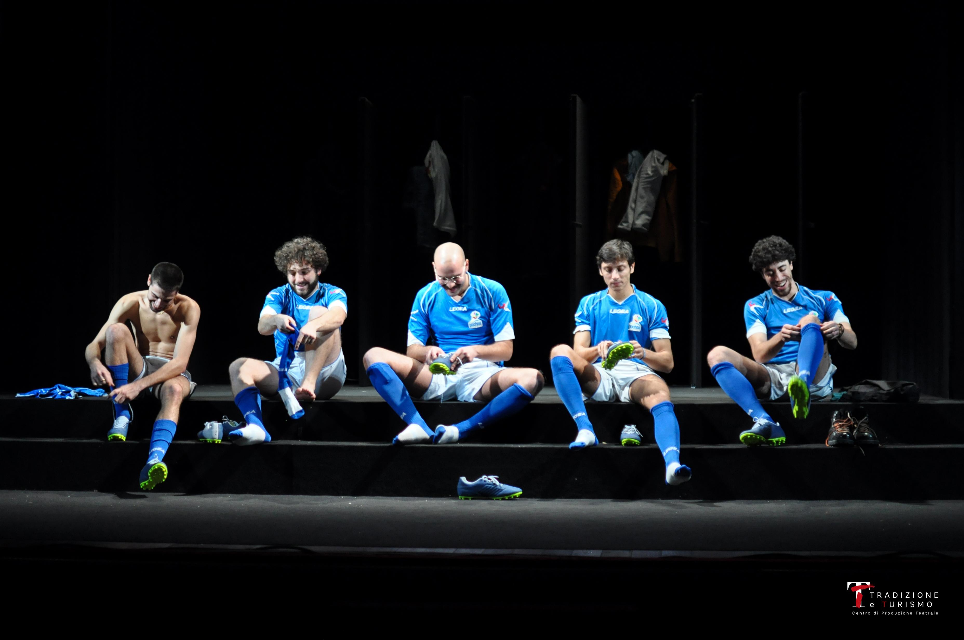 La grande notte dei Pochos, una partita di calcio contro le paure. Lo spettacolo di Sicca al teatro Sannazaro di Napoli