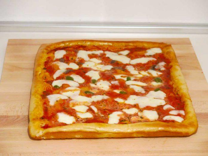 La ricetta della pizza in teglia fatta in casa del pizzaiolo Francesco Di Ceglie
