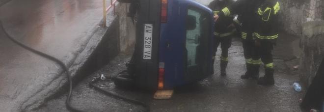 Angri- incidente stradale, auto capovolta, due persone in ospedale
