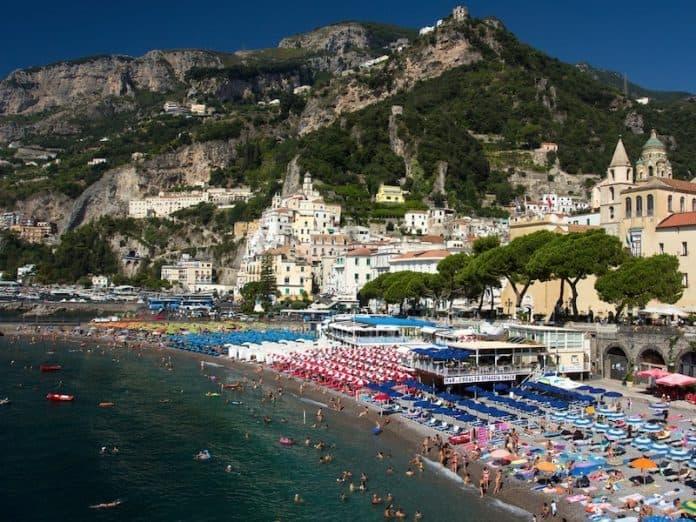 Tutti al mare, in Campania vogliono riaprire