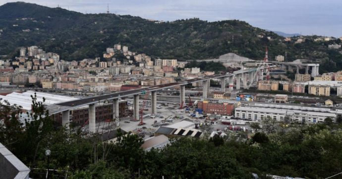 Stamattina la prima automobile ha attraversato ilnuovo Ponte di Genova