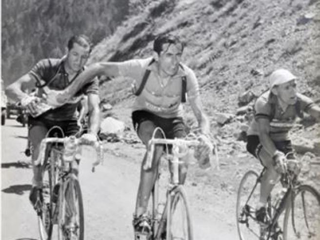 Storie di sport: Coppi, Bartali e il terzo uomo nella foto