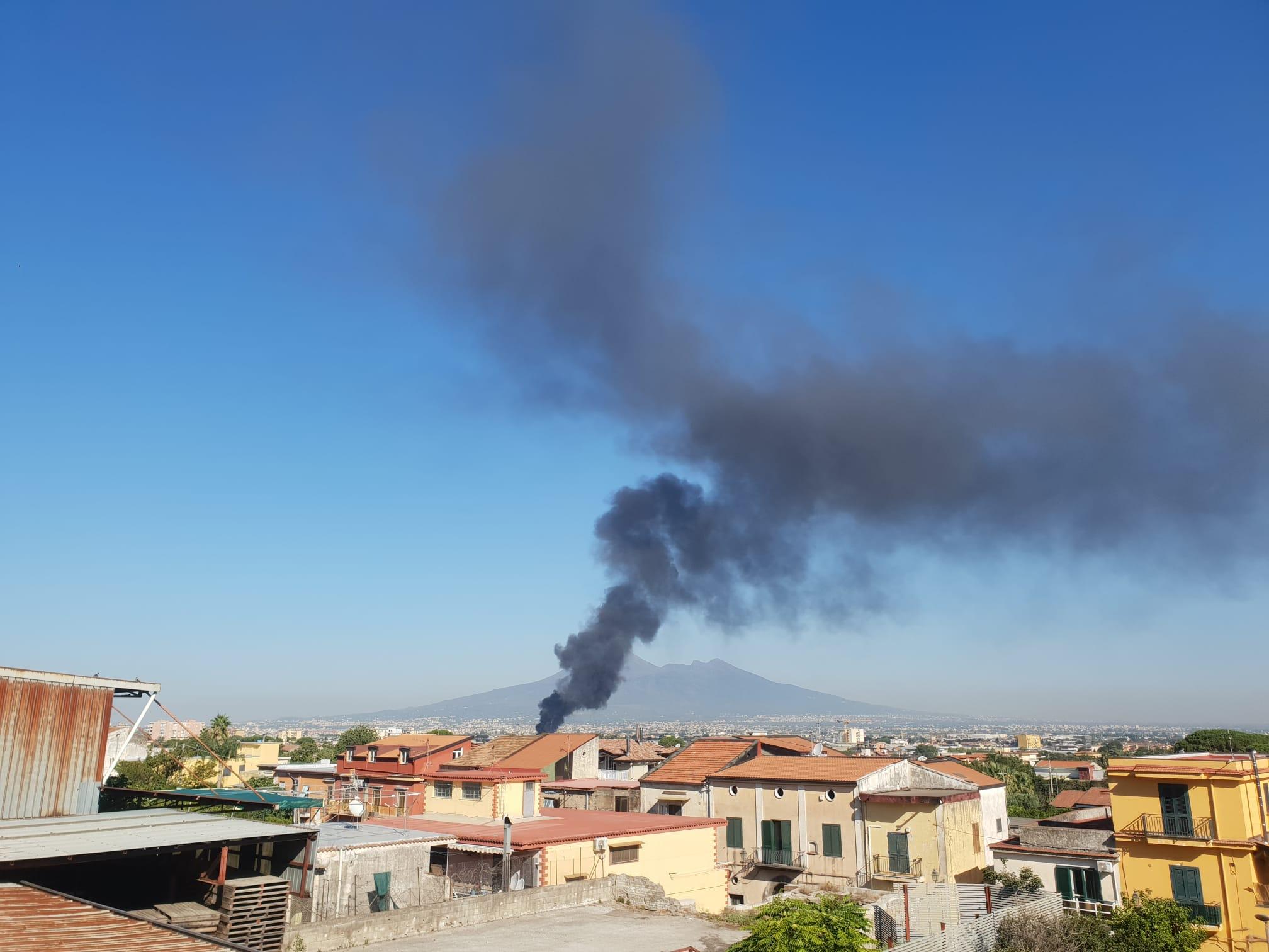 ANGRI: PAUROSO INCENDIO, ARIA IRRESPIRABILE