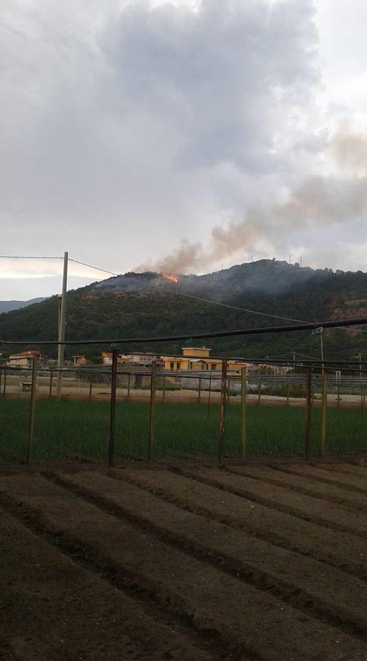 Brucia la montagna, colpa dei fulmini