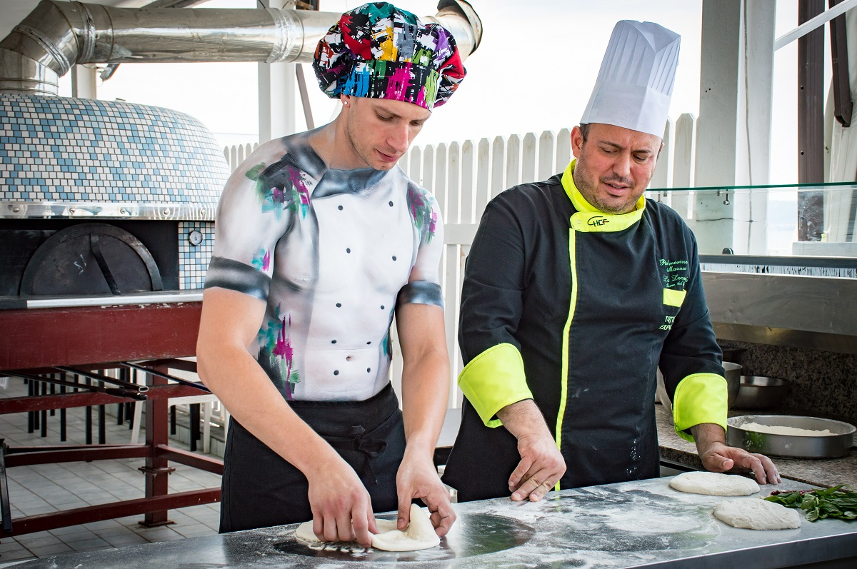 Mirco Di Centa, l'unico cuoco stripper d'Italia, a Napoli per apprendere i segreti della cucina partenopea