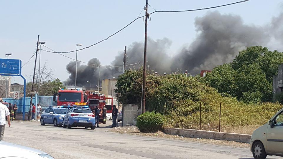 Salerno, sabato convulso: morto in spiaggia a Torrione e incendio in altra zona