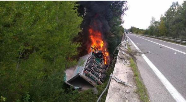 Nocera Inferiore: camion finisce in una scarpata e prende fuoco, muore autotrasportatore
