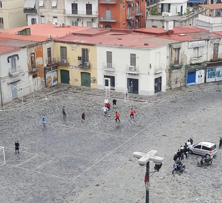 Napoli zona rossa: partita di calcio a sorpresa…
