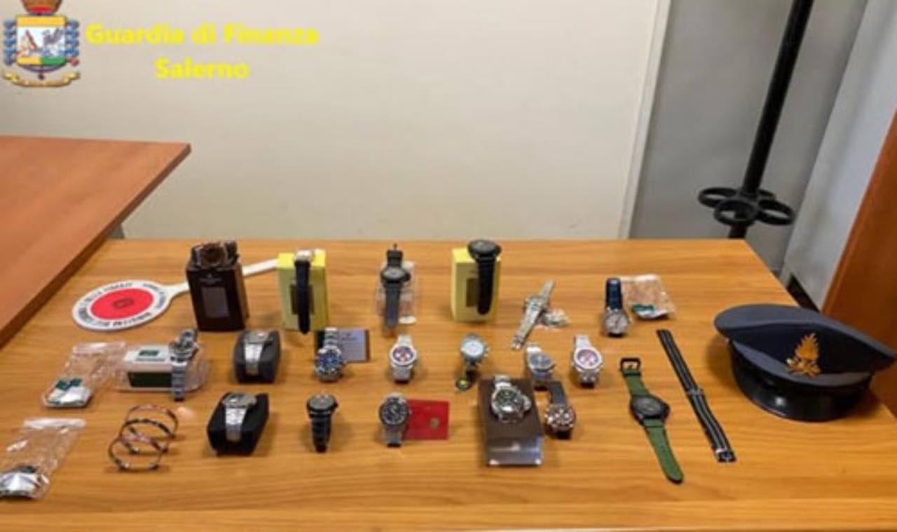 Angri: Infrange divieto di spostamento per vendere orologi falsi
